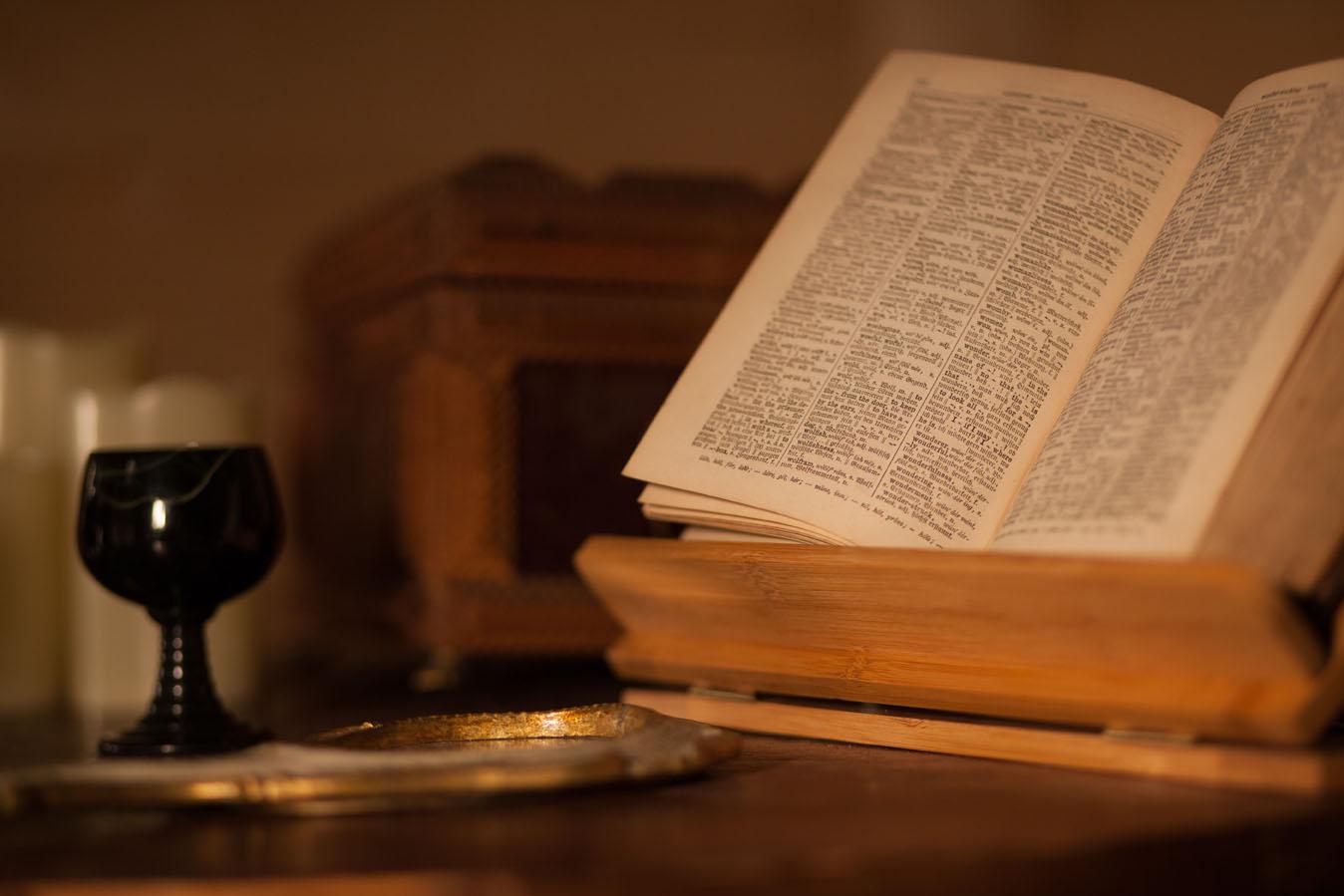 Stilleben Becher Buch und Spiegel